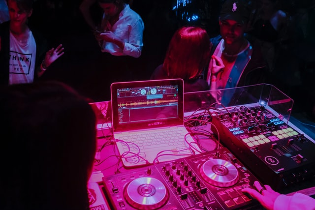 How a Techno Sample Pack Can Elevate Your Music Making Skills
